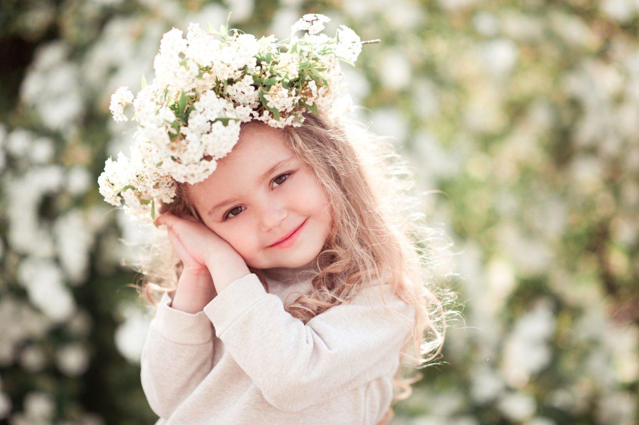 Mädchen mit Blumenkranz