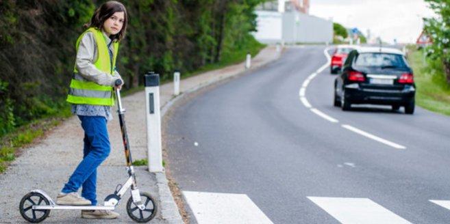 Verkehrsregeln: Kind auf Roller