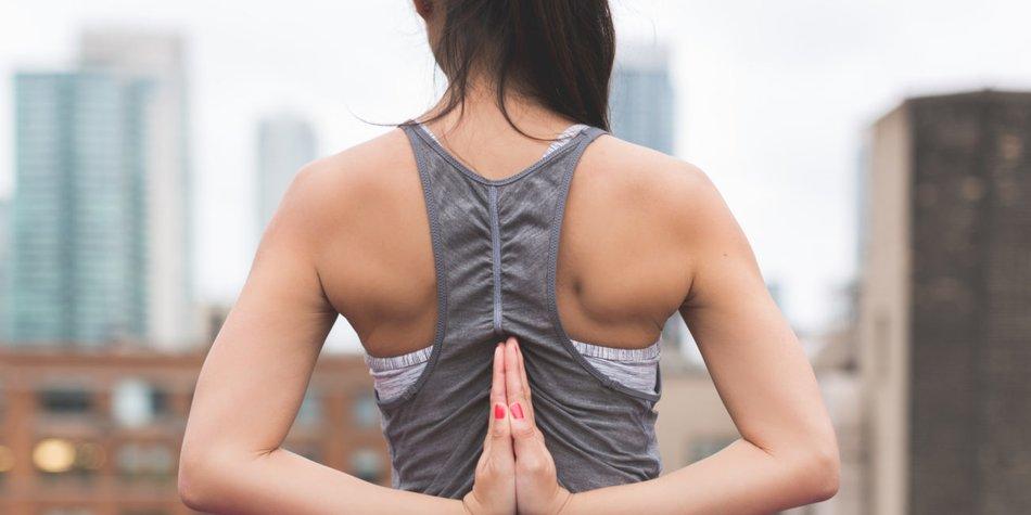 Yogapose von Hinten, definierte Arme