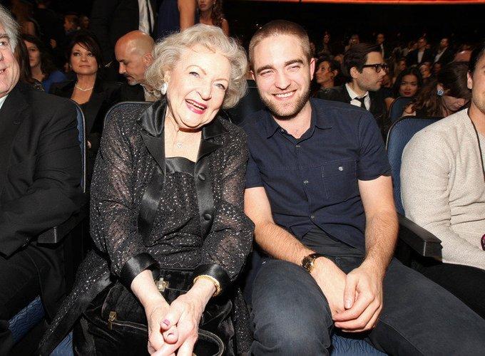 Robert Pattinson und Betty White 2012 bei einer Preisverleihung in Los Angeles.