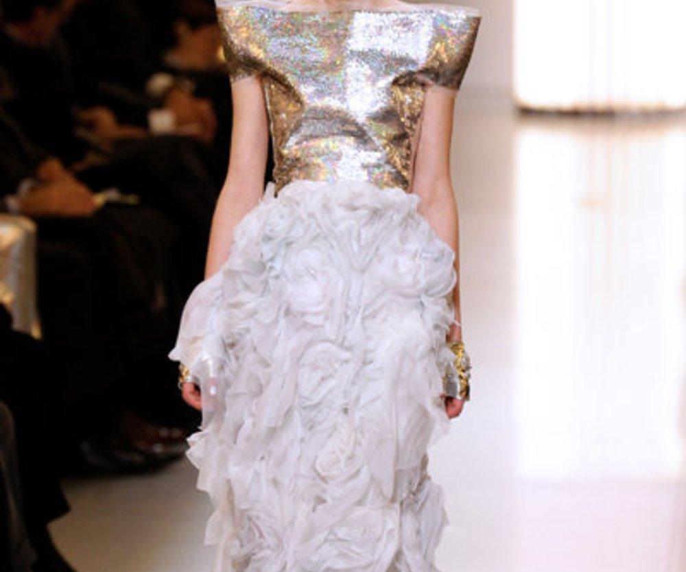 Silberne Robe mit vielen Rüschen und Volants