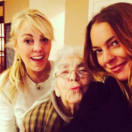 Lindsay Lohan posiert mit zwei Generationen Lohans