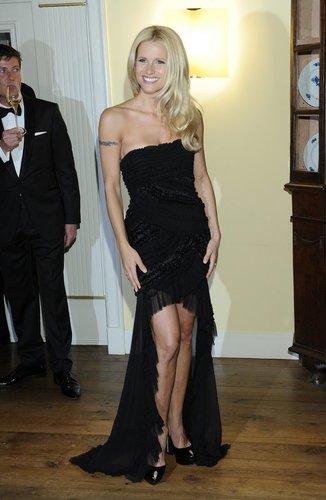 Michelle HUnziker trägt ein schwarzes Kleid.