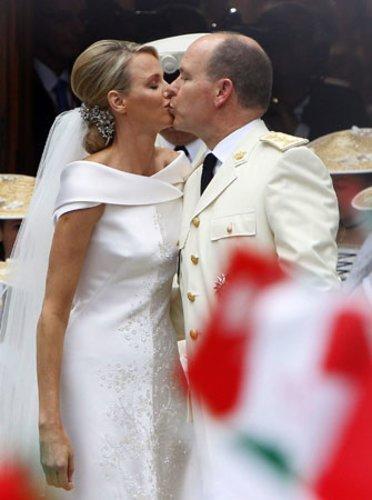 Mit einem Kuss besiegeln Charlène und Albert ihre Liebe: Das Fürstenpaar feierte am 2. Juli 2012 seinen ersten Hochzeitstag.