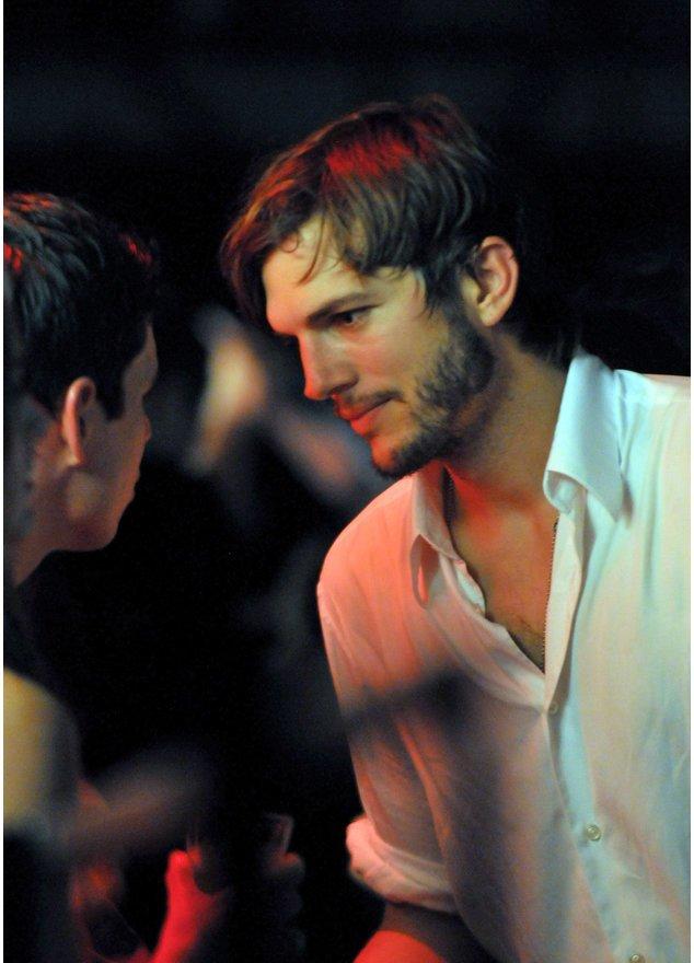 Ashton Kutcher in einem weißen Hemd.