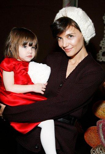 Katie Holmes mit ihrer Tochter Suri auf dem Arm