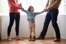 Kind zwischen den Eltern