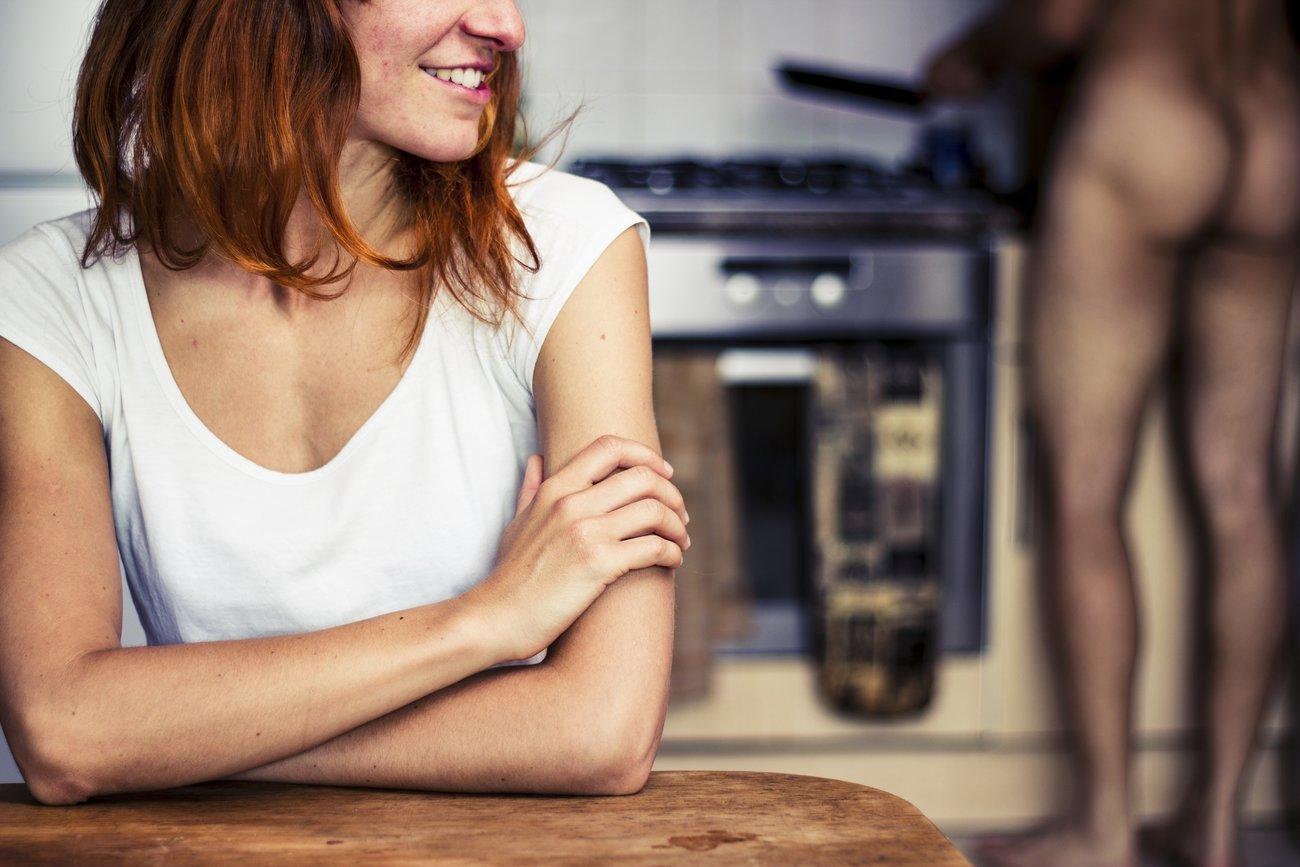 Wer gemeinsam den Staubwedel schwingt, kocht und einkauft, landet öfter im Bett, so das Ergebnis einer Studie.