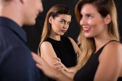 Mann flirtet mit anderer Frau