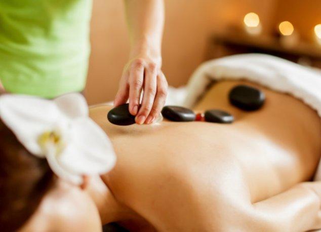 Hot Stone Massage bei einer Frau