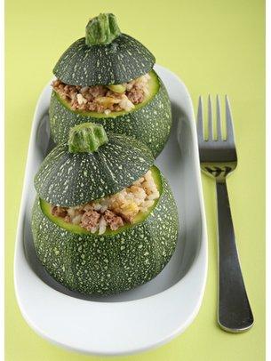 Gefüllte Zucchini mit Reis und Hackfleisch servierfertig