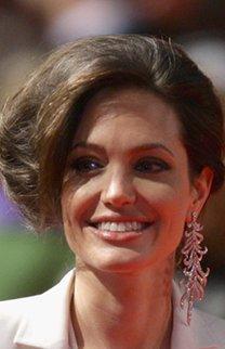 Angelina Jolie mit hochgesteckten Haaren