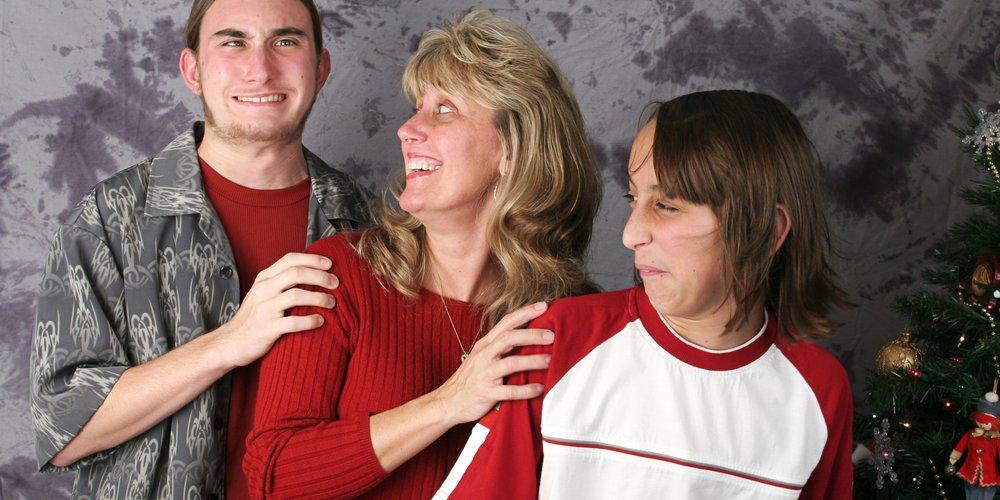 """Auf der Seite """"Awkward Family Fotos"""" ist eine riesige Sammlung an Familienporträts entstanden, die so unfassbar peinlich sind, dass wir vor lauter Fremdscham Gänsehaut bekommen. Hier die Top 15 Foto-Fails!"""