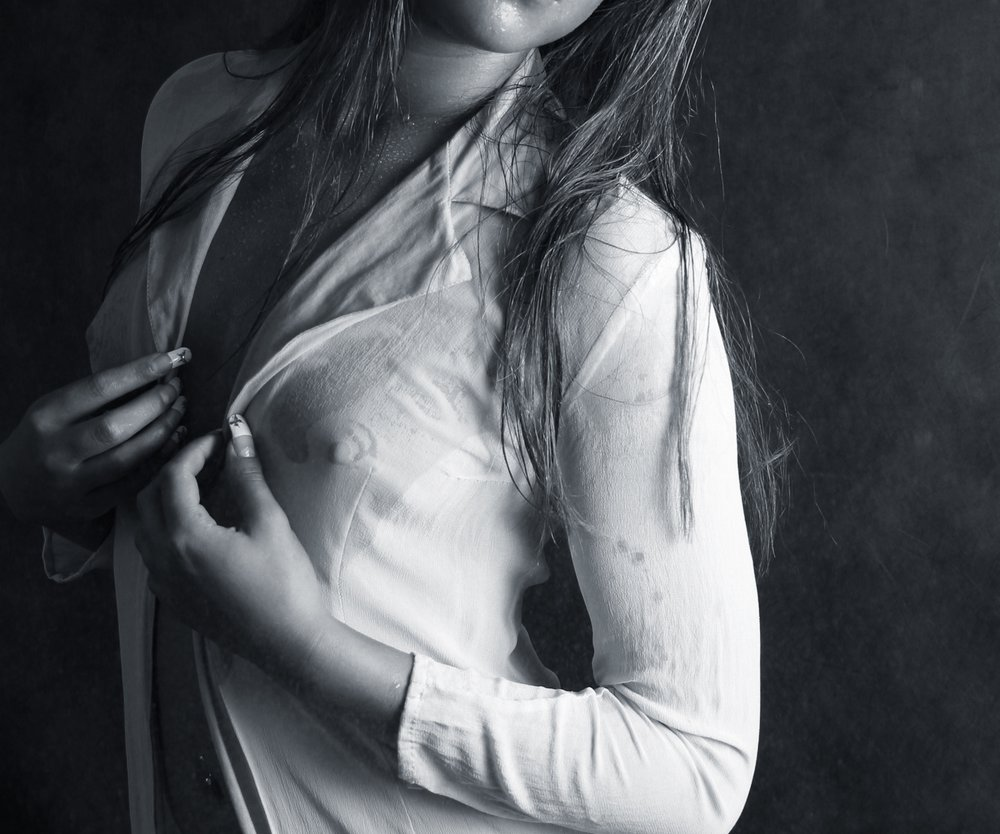 Frau mit sichtbaren Nippeln