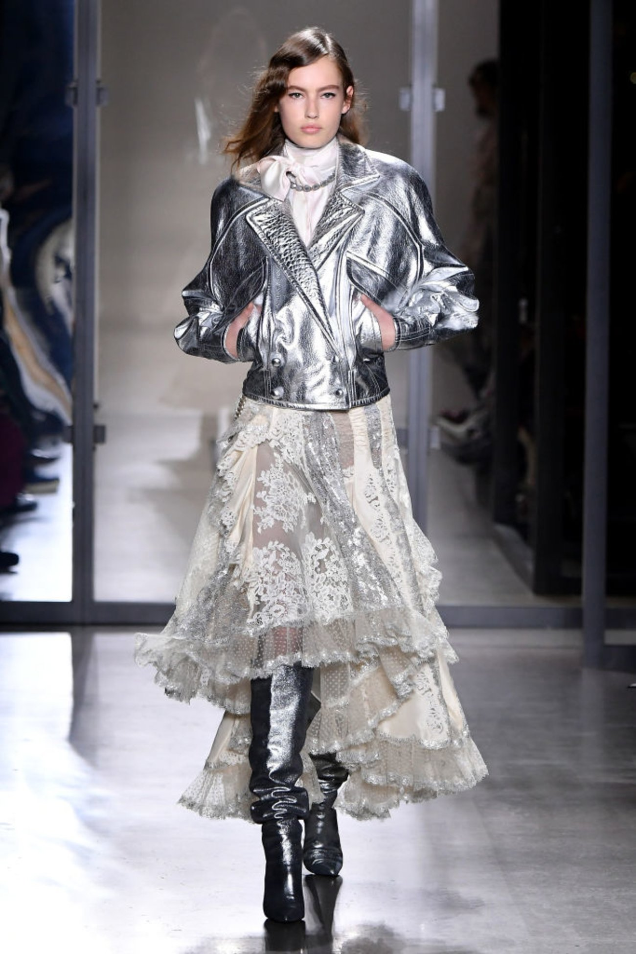 Model Fashion Week Metallic Jacke