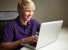 Jugendlicher am Laptop