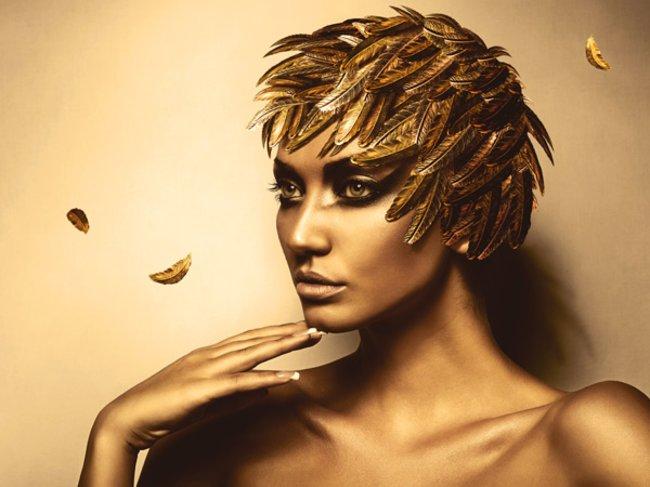 Model mit goldenen Federn