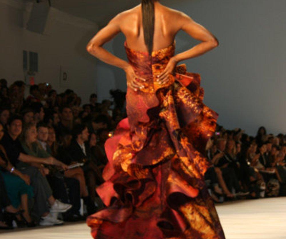 Abendkleid im Drapeelook von Christian Siriano auf der Fashion Week New York