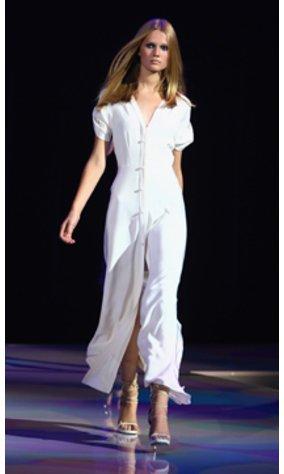 Toni Garrn in weißem Kleid auf dem Laufsteg