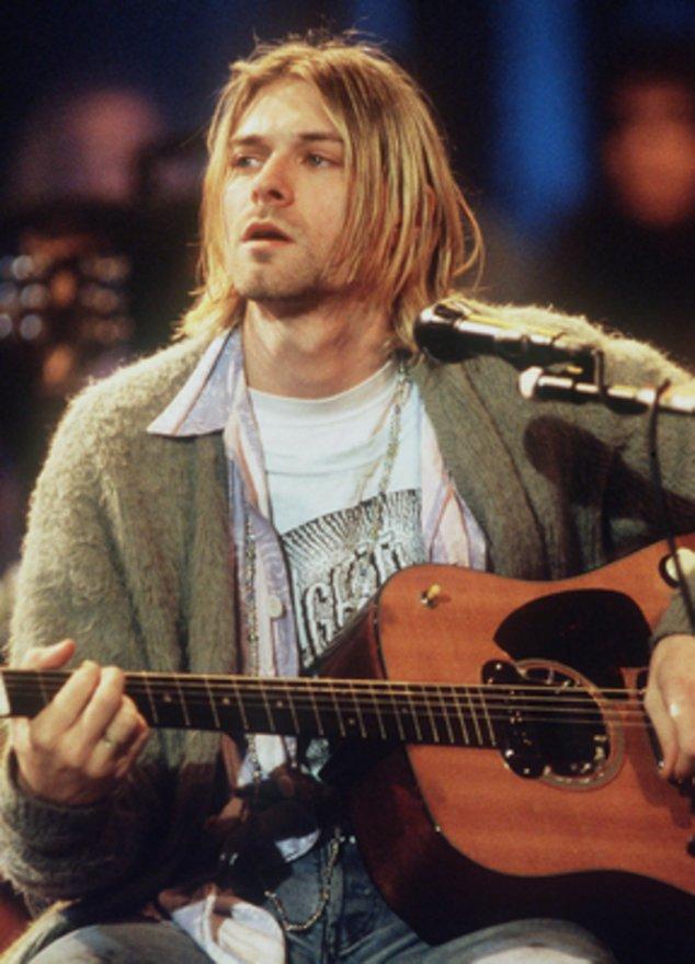 Kurt Cobain spielt Gitarre.