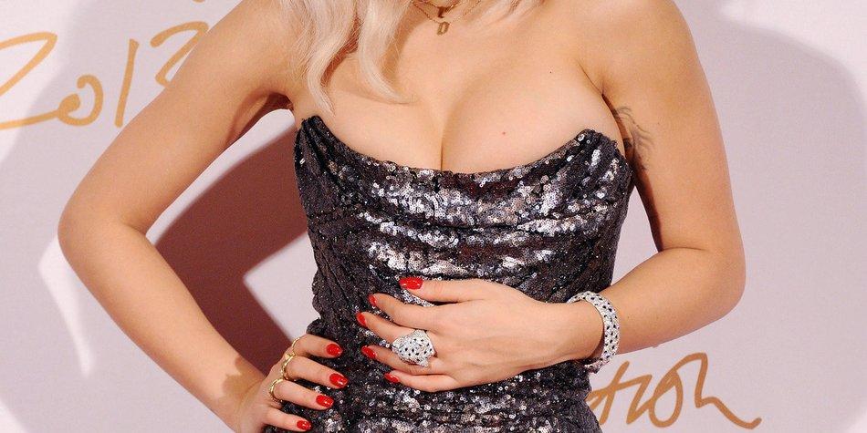 Rita Ora spielt in Shades of Grey mit
