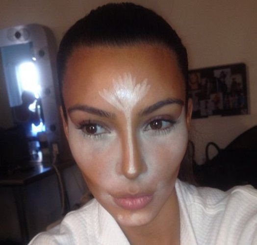 Kim Kardashian hat Contouring-Frabe im Gesicht