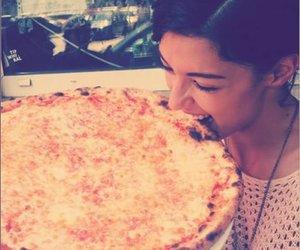 Rebecca Mir steht auf Pizza