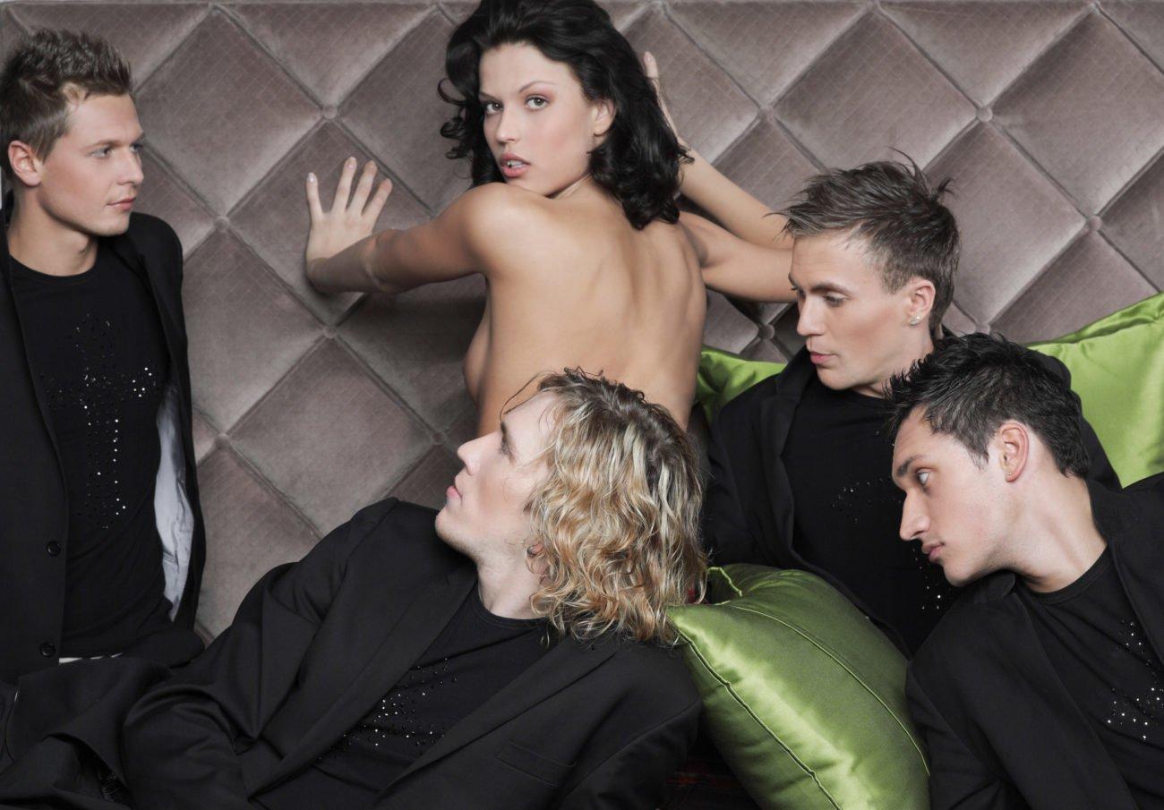 Frau mit mehreren Männern