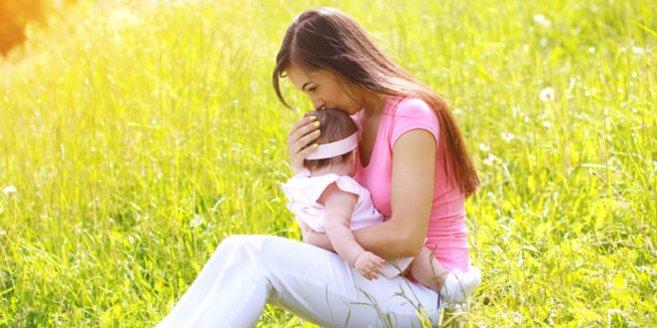 Alltag als Alleinerziehende: Mutter mit Kleinkind auf Wiese