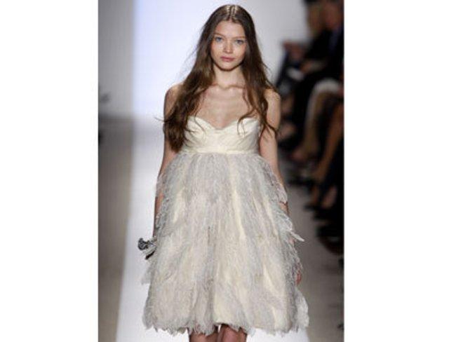 Model mit einem weißen bauschigen Kleid, ähnlich einem Schwan, von Dennis Basso auf der Mercedes Benz Fashion Week