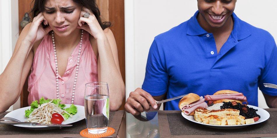 Frau isst Salat Mann isst ungesund
