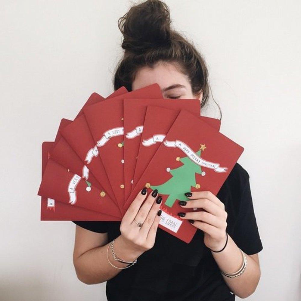 Lorde bastelt ihre Weihnachtskarten selbst