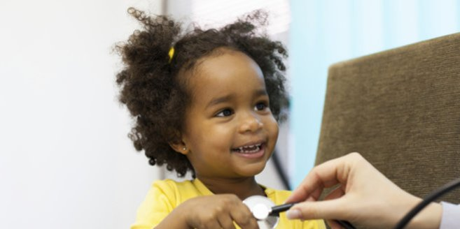 Mukiviszidose: Kind beim Arzt.