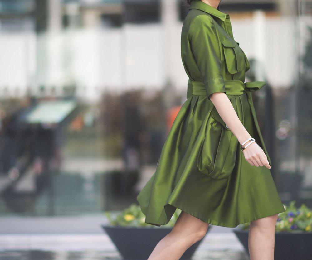 Für die Sanduhr-Figur perfekt: Kleider mit betonter Taille (GettyImages/Timur Emek)