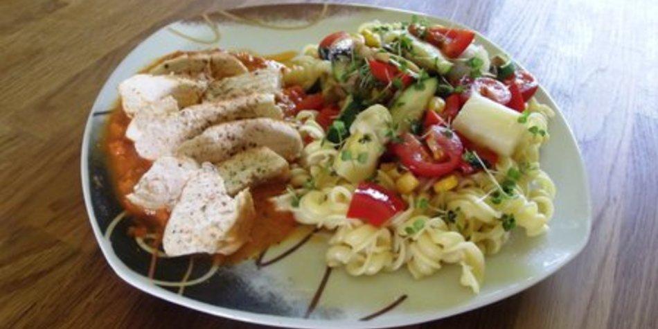 Hähnchenbrustfilet Tomaten - Mozzarella mit bunter Gemüsepfanne auf Nudelbett