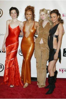 Tyra Banks mit den Finalistinnen der zweiten Staffel von ANTM