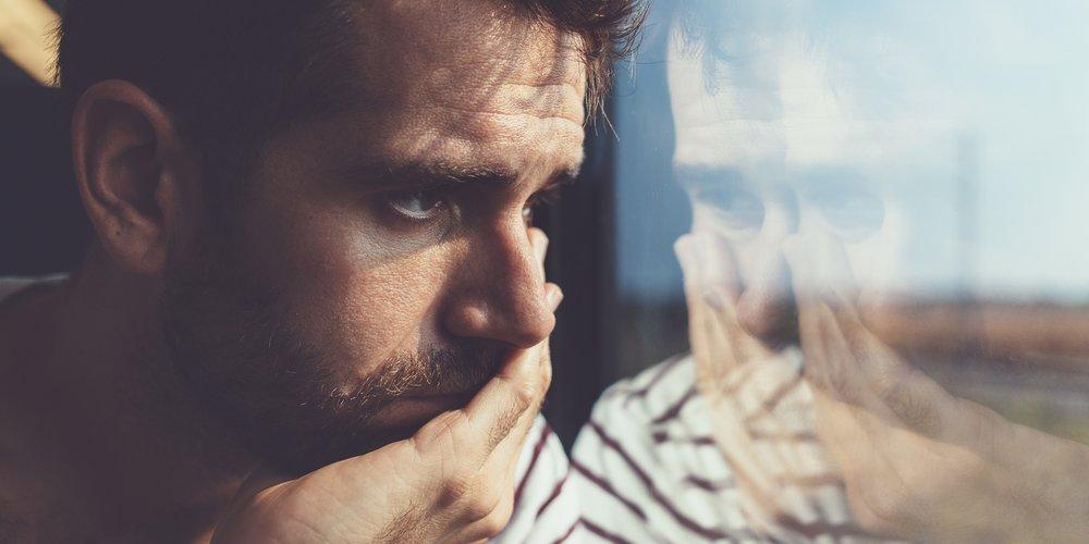 Was machen, denken und fühlen Männer, direkt nachdem eine Beziehung vorbei ist? 11 Männer berichten, wie sie mit dem Trennungsschmerz umgehen.