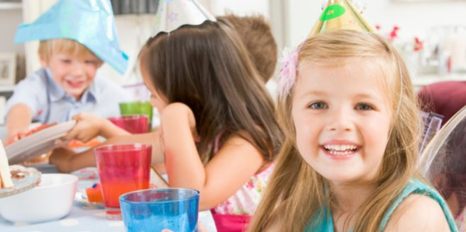 Kinderfest: Kinder feiern Geburtstag