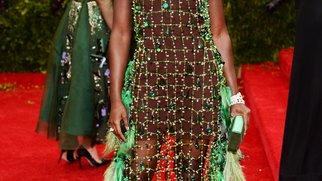 Lupita Nyong'o polarisiert im grünen Netz-Outfit