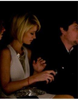 Paris Hilton bei der Show von William Rast mit ihrem Handy