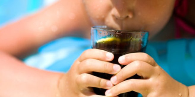Kinder sollten möglichst keine koffeinhaltigen Getränke zu sich nehmen.