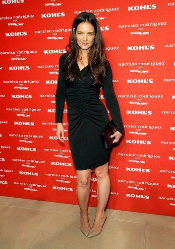 Katie Holmes in einem schwarzen Kleid auf dem roten Teppich