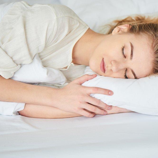 Auf der linken Bettseite zu schlafen soll Dir Vorteile bringen.