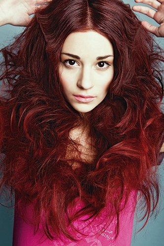 Voluminös: Rote Haare mit Wellen