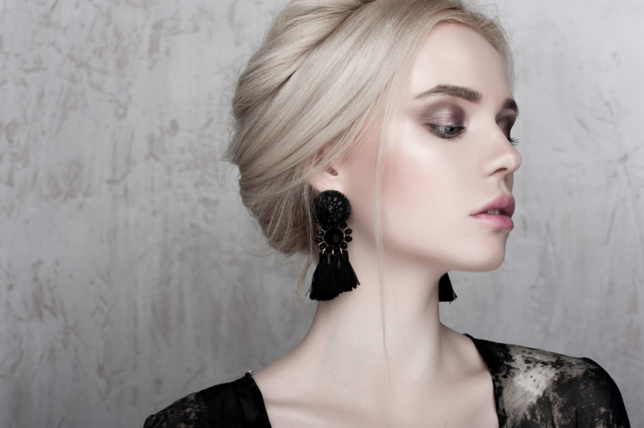Frau mit großen Ohrringen