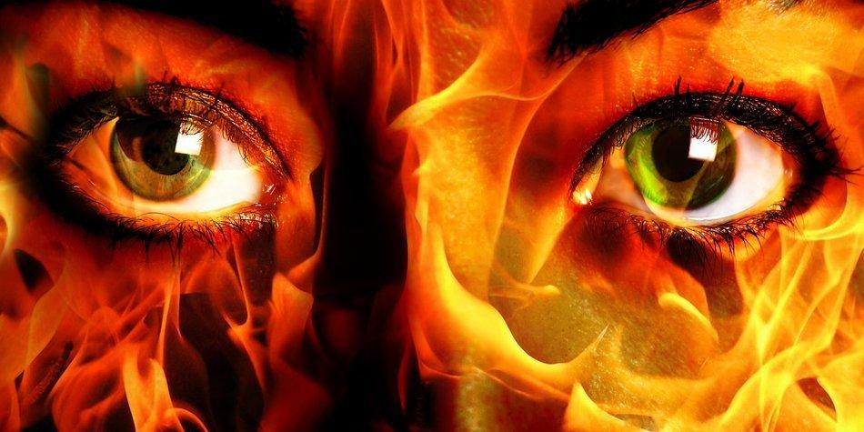 Frauen-Gesicht mit Flammen