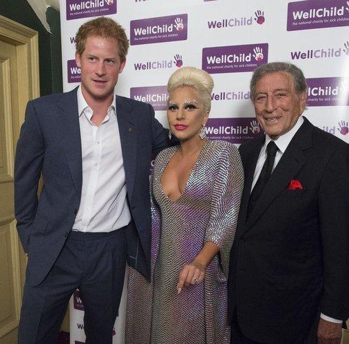 Lady Gaga macht ein Foto mit Prinz Harry und Tony Bennett