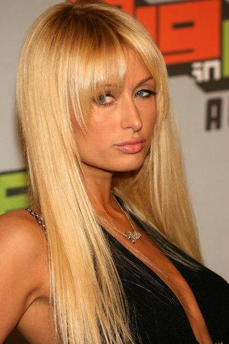 Lange blonde Haare im Sleek Look mit Pony bei Paris Hilton