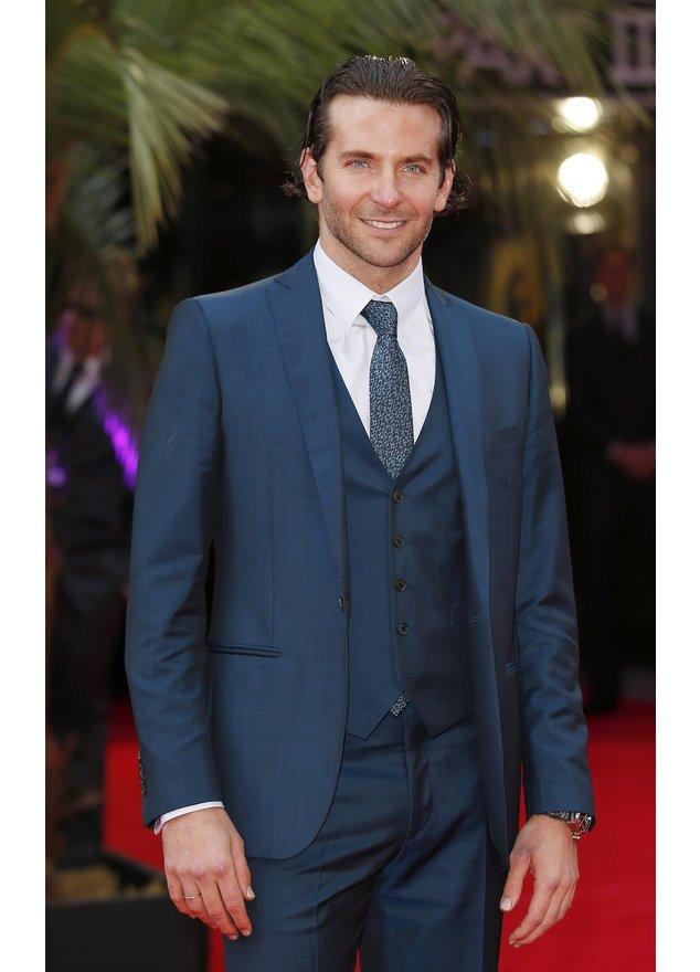 Bradley Cooper posiert auf dem roten Teppich