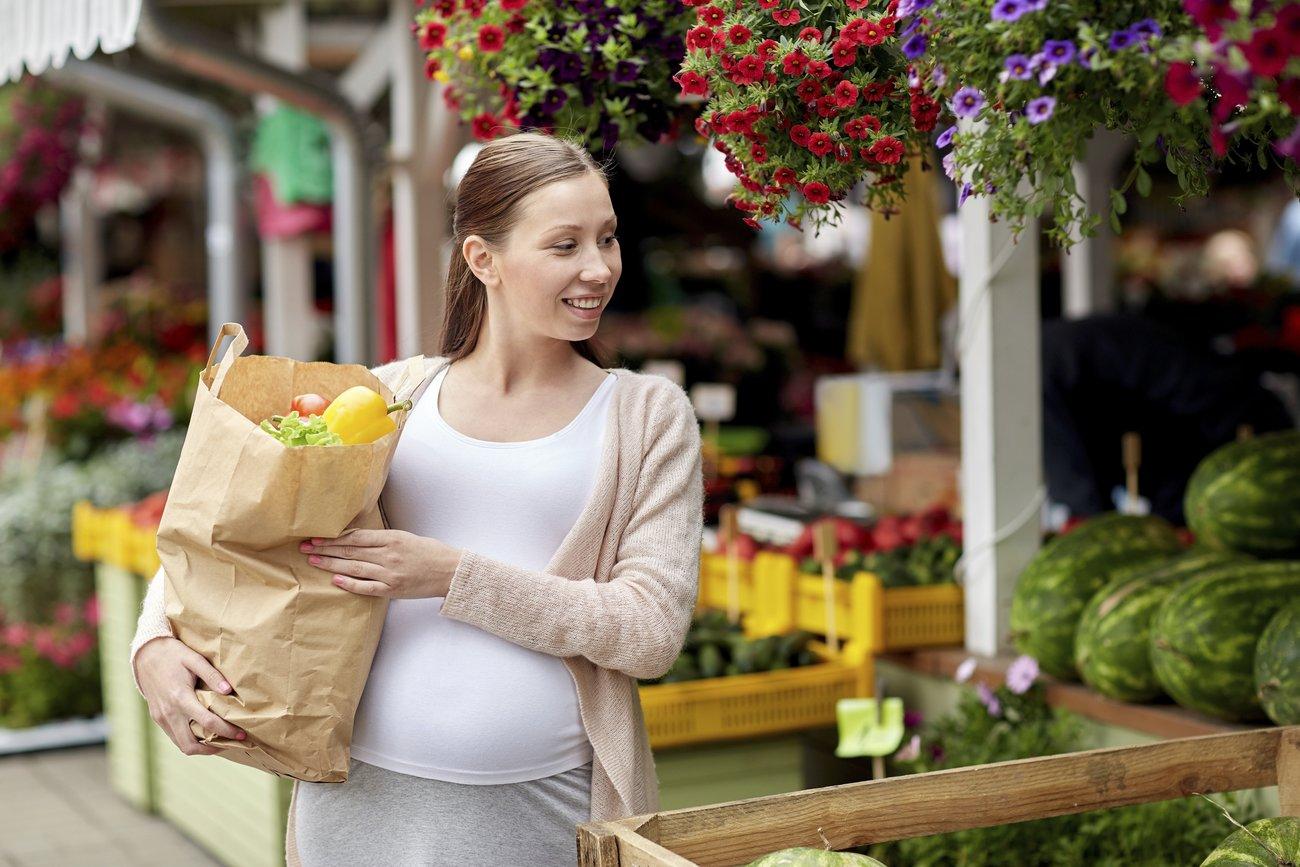 Schwer heben in der Schwangerschaft ist nicht nur anstrengend, sondern auch nicht ganz ungefährlich.